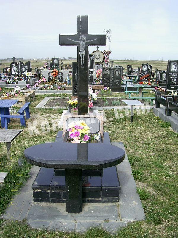Памятник из гранита с крестом и красной тумбой изготовление памятников в тюмени лиде